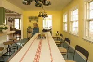 Kitchen Table photos large group family vacation rentals