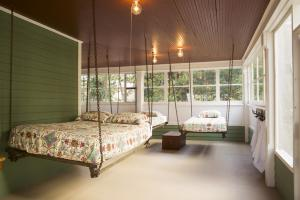 Swinging Beds on Porch photos large group family vacation rentals